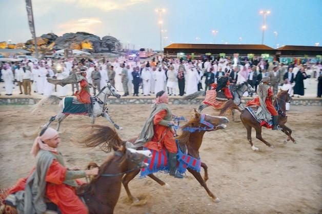 إنجاز أكبر مسرح مفتوح للخيل وقوافل الهجن في سوق عكاظ