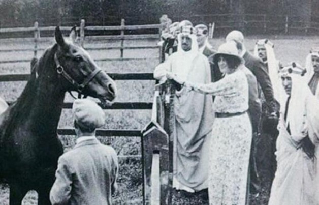 صورة تاريخية للملك سعود في مربط لإنتاج الخيول العربية ببريطانيا
