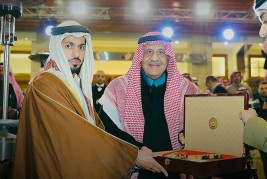 الأمير خالد بن سلطان يتلقى هدية تذكارية من الشيخ زايد بن حمد