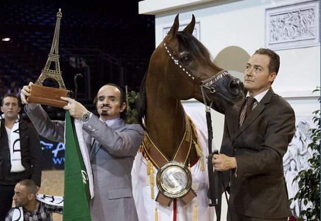 داكارو يلوي الأعناق في باريس ويهدي الوطن جائزة «البلاتينيوم» الكبرى
