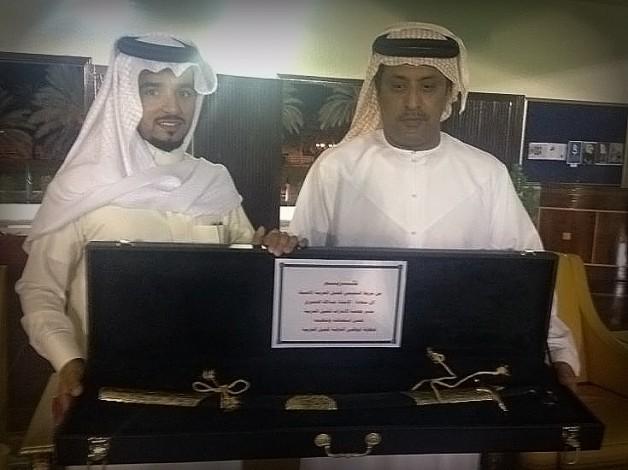 مربط التميمي يتقدم بدرع تذكاري لمدير جمعية الإمارات للخيول العربية