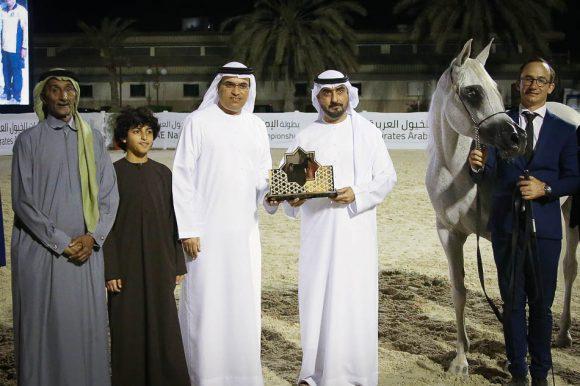 محمد بن سعود يتسلم جائزة التتويج من عدنان سلطان