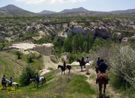 رحلات ركوب الخيل في منطقة كابادوكيا التاريخية بتركيا