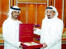 حاكم عجمان يكرم أول حكم دولي إماراتي في مسابقات جمال الخيل
